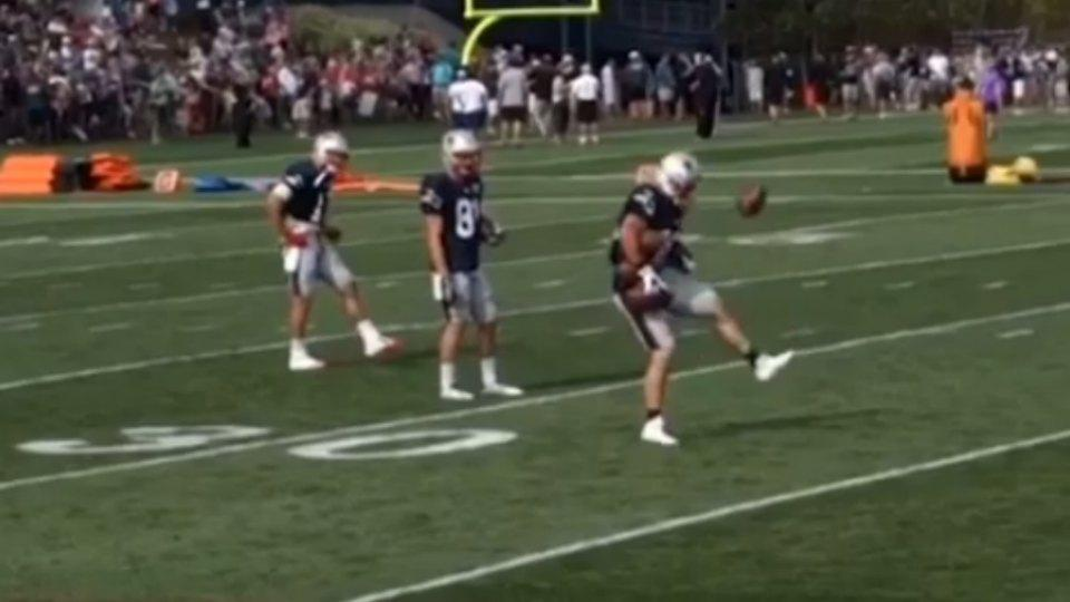 Patriots' Danny Amendola makes amazing juggling catch while holding four other balls