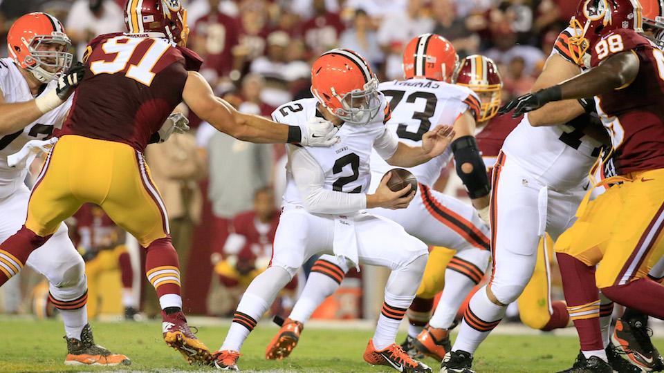 Cleveland quarterback Johnny Manziel flips off Redskins' bench