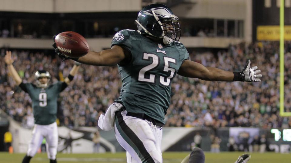Eagles' LeSean McCoy leaves game with thumb injury