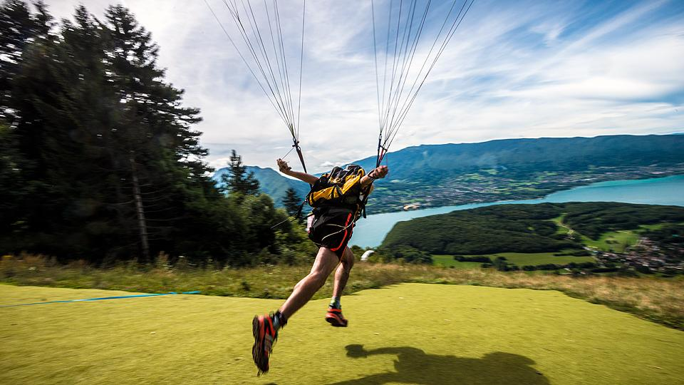 In this week's edition of Extra Reps, we chronicle a group of urban paragliders as the soar above the towns below and much more.