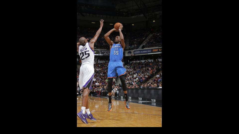 SACRAMENTO, CA - APRIL 8:  Kevin Durant #35 of the Oklahoma City Thunder shoots the ball against Travis Outlaw #25 of the Sacramento Kings at Sleep Train Arena on April 8, 2014 in Sacramento, California. (Photo by Rocky Widner/NBAE via Getty Images)