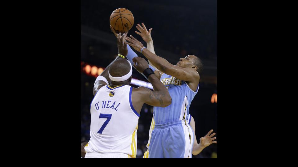 Denver Nuggets' Randy Foye, right, shoots over Golden State Warriors' Jermaine O'Neal (7) during the first half of an NBA basketball game Thursday, April 10, 2014, in Oakland, Calif. (AP Photo/Ben Margot)