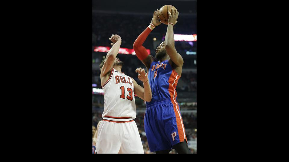 Detroit Pistons forward Greg Monroe, right, shoots against Chicago Bulls center Joakim Noah during the first half of an NBA basketball game in Chicago on Friday, April 11, 2014. (AP Photo/Nam Y. Huh)