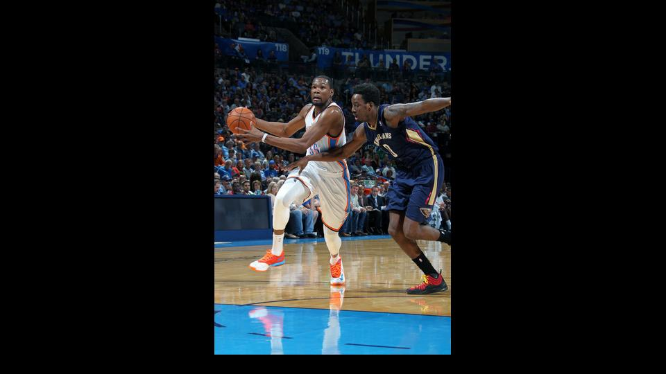 OKLAHOMA CITY, OK - APRIL 11: Kevin Durant #35 of the Oklahoma City Thunder handles the ball against the New Orleans Pelicans on April 11, 2014 at the Chesapeake Energy Arena in Oklahoma City, Oklahoma. (Photo by Layne Murdoch Jr./NBAE via Getty Images)