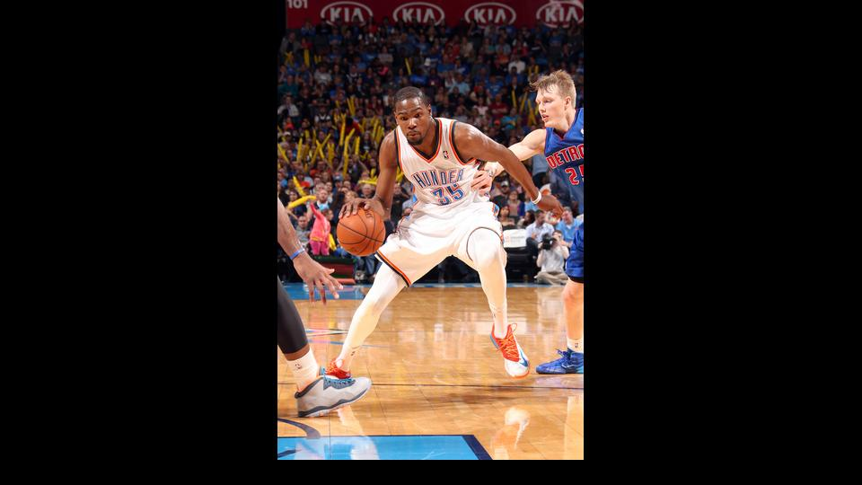 OKLAHOMA CITY, OK - APRIL 16: Kevin Durant #35 of the Oklahoma City Thunder drives against the Detroit Pistons on April 16, 2014 at the Chesapeake Energy Arena in Oklahoma City, Oklahoma. (Photo by Layne Murdoch/NBAE via Getty Images)