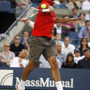Roger Federer returned to the site of his past glories Monday evening to defeat Scotsman Andy Murray, 6-2, 7-5, 6-2.