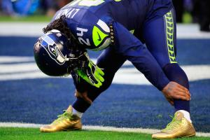 Marshawn Lynch sports gold cleats for Super Bowl