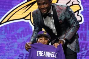 Laquon Treadwell's daughter high-fives Goodell