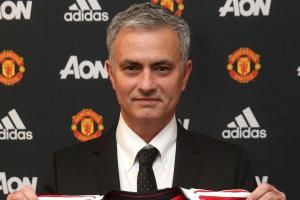 Manchester United hires Jose Mourinho