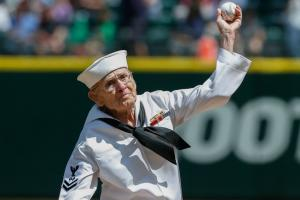 92-year-old vet throws out Mariners first pitch