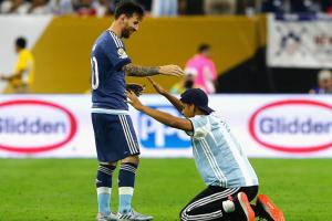 Pitch invader bows down, hugs Messi at Copa semis