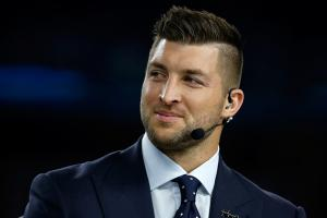 Tim Tebow comes to aid of man in medical emergency