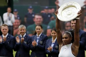 Steffi Graf congratulates Serena Williams