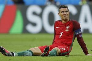 Ronaldo suffers knee injury during Euro 2016 final