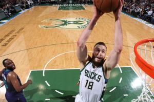 Bucks, Miles Plumlee agree to four-year deal