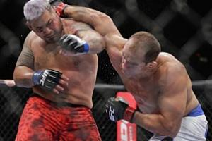 Cain Velasquez (12-1) made the first successful defense of his UFC heavyweight title, stopping Antonio