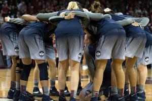 Is the 2015-2016 UConn Huskies the best women's basketb...