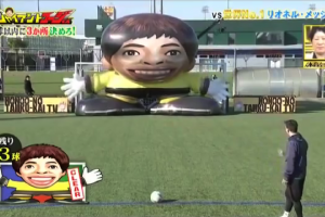 Lionel Messi shoots goals against inflatable Messi on J...
