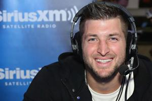 Tim Tebow helps airline passenger in medical emergency