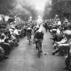 La Foule des Jeunes au 'Tour de France: les voila! (The crowd of young people at the Tour de France: here they are!)