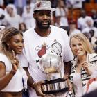 Serena Williams and Caroline Wozniacki pose with Miami Heat's Greg Oden and the NBA Eastern Conference championship trophy in 2014.