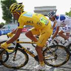 Yellow Jersey holder Alberto Contador of Spain and Astana passes L'Arc de Triomphe during the 21st stage of the Tour de France on July 26, 2009 in Paris, France.