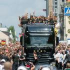 The German team arrives at Brandenburg Gate.