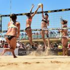 Lauren Fendrick (L) tries to stop Kerri Walsh Jennings during the final. Fendrick/Sweat ended up forfeiting the final match due to an injury to Sweat.