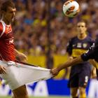 Suspected of smuggling balls, Toluca's Diego Novaretti had his covert operation rudely exposed by Santiago Silva of Boca Juniors during their match in Buenos Aires.