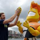Ex-Sydney Swan Shane Mumford and son kibbitz on the ANZAC Bridge during a media session trumpeting his signing with the Greater Western Sydney Giants for the 2014 AFL season.