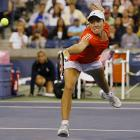 The top-seeded Justine Henin easily defeated 15th-seeded Russian Dinara Safina 6-0, 6-2 in just 59 minutes to advance to the quarterfinals.