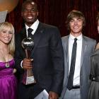 Kristen Bell (left), Zac Efron and Sophia Bush celebrated with Adrian Peterson after the Vikings running back won best breakthrough athlete at the 2008 ESPY Awards.