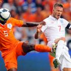 Beckham was having a whale of a time defending the Netherlands' Soccerballface Braafheid.