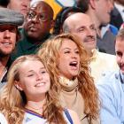 The saucy blonde-tressed songstress found something to hoot about at a Knicks game in Madison Square Garden on Nov. 2. Perhaps it was the early-model Bruce Springsteen impersonator seated behind her.