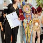 Artiste Einat Dan of Israel planted a smooch on her canvas after winning the trophy and handsome certifcate at the Beauty Forum and trade fair in Leipzig, Germany.