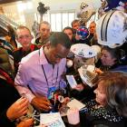 Hakeem Nicks couldn't avoid the autograph hounds.