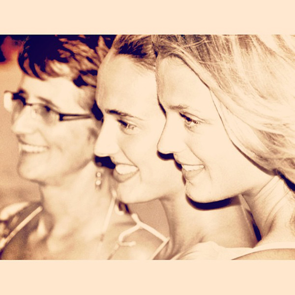 Kate Bock with sister and mother :: @katelynnebock
