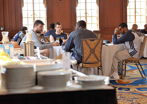 Grizzlies talk over lunch (Robert Beck/SI)