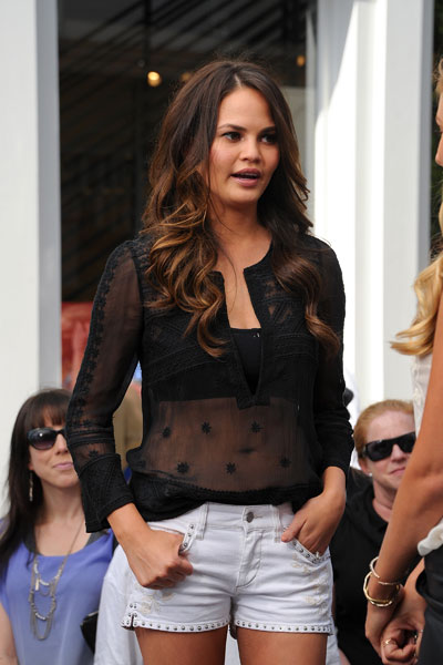 "Chrissy Teigen on the set of  ""Extra"" :: Noel Vasquez/Getty Images"