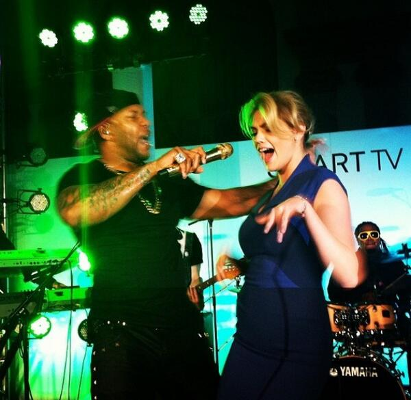 @KateUpton: On stage with @official_flo #samsungsmarttv