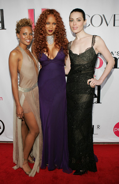 Cycle three winner Eva Pigford poses with Banks and Yoanna House in Dec. 2004. ( J. Shearer/WireImage)
