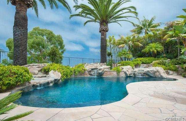 The Newport Coast home recently listed for sale by Kobe Bryant has a large pool. (listingpointrealty.com)
