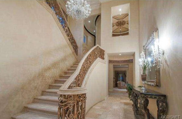 An entryway view of a Newport Coast home recently listed for sale by Kobe Bryant. (listingpointrealty.com)