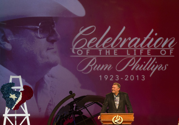 Former Houston Oilers player Mike Barber speaks during a memorial service for Bum Phillips on Tuesday. (AP)