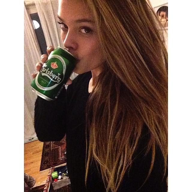 @ninaagdal Wrapping gifts/drinking beer #carlsbjerg #godjul #skål