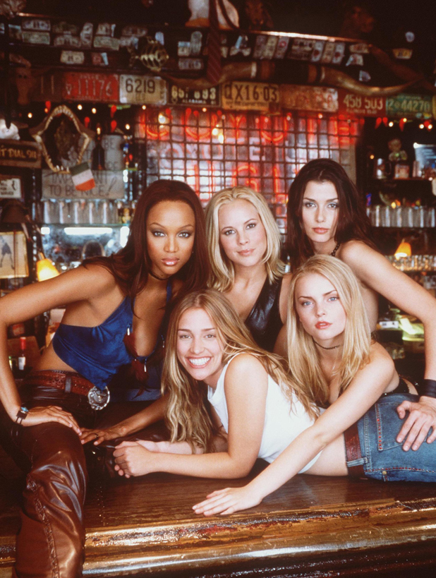 With fellow cast members on the set of Coyote Ugly, 1999  ::  Getty Images