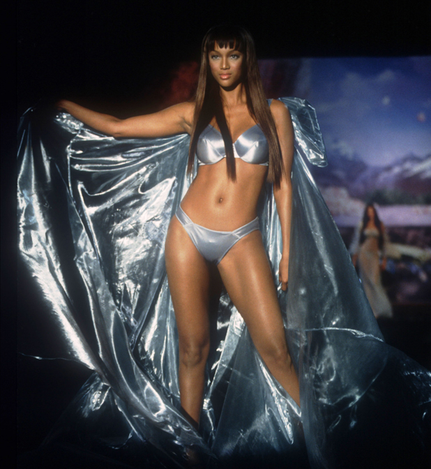Walking for Victoria's Secret, 1999  ::  Evan Agostini/Liaison