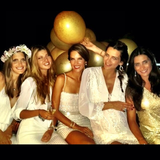 @fernandamotta10: Feliz Ano novo!!!! Muita luz, saúde e amor!!! Happy New year!!!! que você de muita risada, chore de emoção, vibre, viva!!!! Vem com tudo 2014!!!! @alessandraambrosio Aline, Jana, Giseli