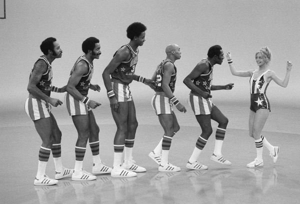 Goldie Hawn and Harlem Globetrotters :: CBS Photo Archive/Getty Images