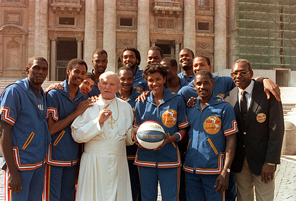 Pope John Paul II and the Globetrotters :: AP